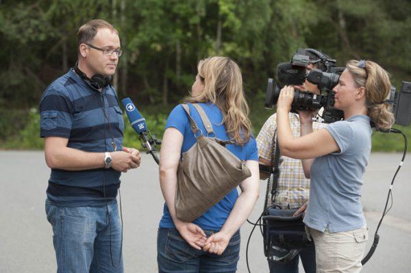 Hannu Salonen beim Tatortdreh mit einem Team des Aktuellen Fernsehens des Saarländischen Rundfunks. Foto: SR/M. Meyer