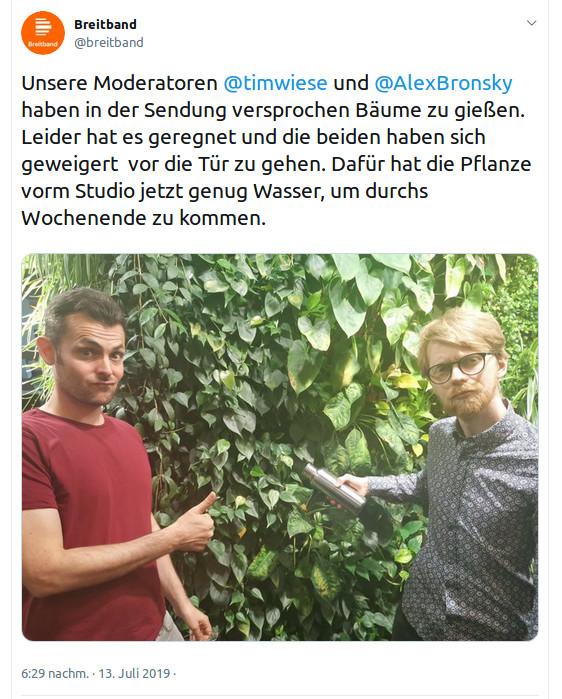 Tim Wiese und Dennis Kogel / Alex Bronsky von DLF Breitband beim Baumgießversuch