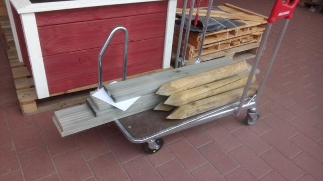 Im Baumarkt: Pflöcke und Holzdielen für eine Baumscheibenumfassung. Guerilla Gardening