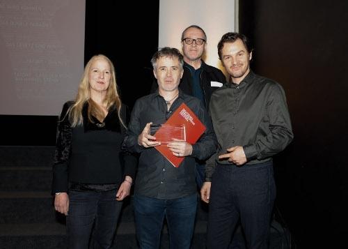 Regisseur Eoin Moore nimmt den Preis für Anneke Kim Sarnau entgegen (Polizeiruf 110: Der Tag wird kommen)