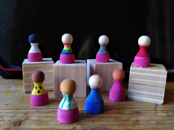 Diversität und Gender, mit Holzfiguren.